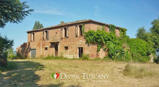 Casale panoramico da ristrutturare nella campagna Toscana vicino Montepulciano e Cortona.