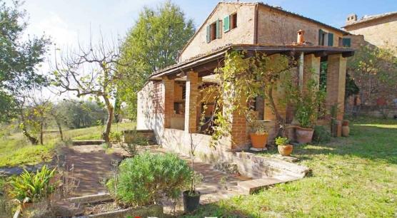 Casale in pietra con chiesetta a Montalcino