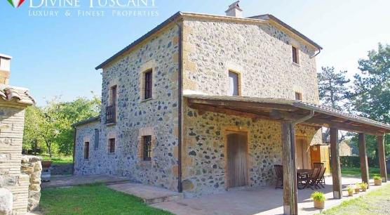 Podere con casale in pietra e mattoni vicino al lago di Bolsena